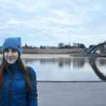 Ирина на фоне Новгородского Кремля и реки Волхов